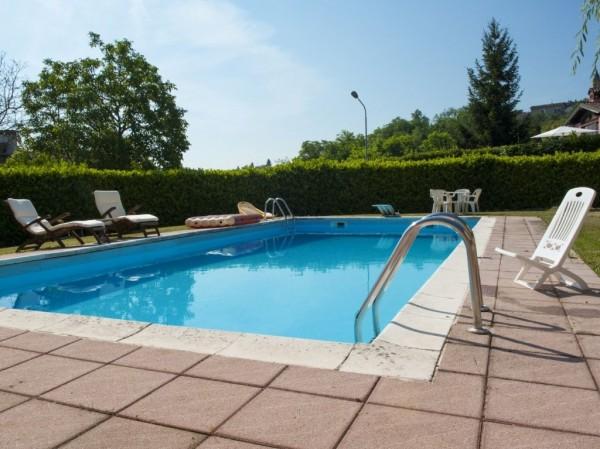 Pressure cleaning pool areas